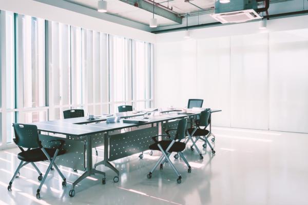 ¿Cómo se debe limpiar y desinfectar en las zonas comunes de una oficina?